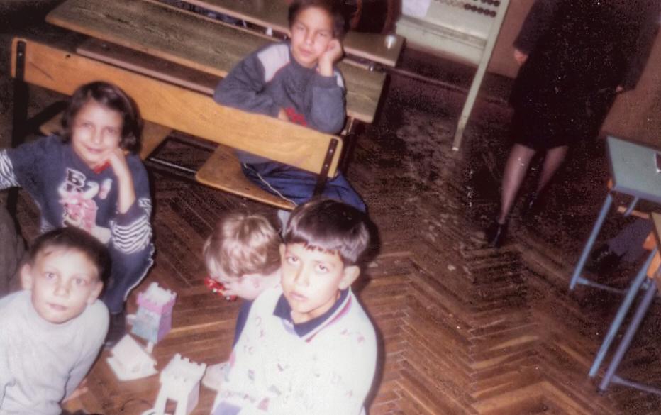 Снимка на деца, който играят в класна стая - Бих искал да кажа - 2001 3
